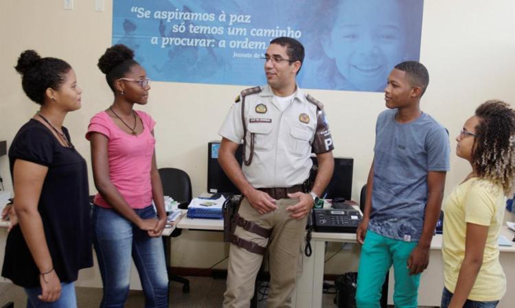 Quatro dos seis contemplados em conversa com o capitão PM Henrique Alves - Foto: Luciano da Matta   Ag. A TARDE