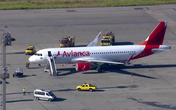 O avião realizou o pouso de emergência no aeroporto de Cumbica em São Paulo - Foto: Reprodução   TV Globo