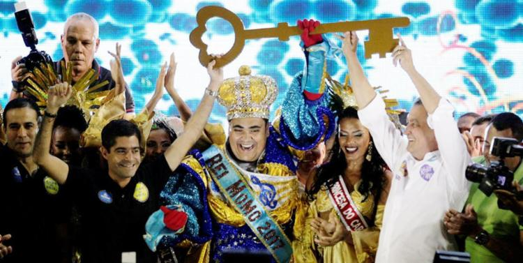 Rui e ACM Neto entregaram as chaves para o Rei Momo no primeiro dia de Carnaval, mas, no segundo, o clima esquentou - Foto: Raul Spinassé | Ag. A TARDE