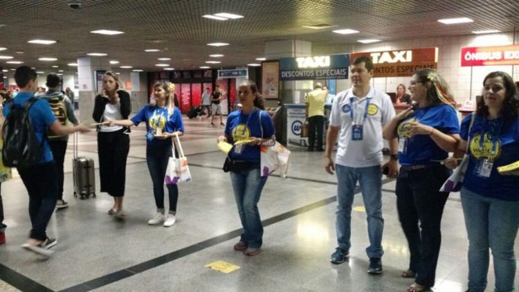 Secretário dá boas-vindas aos turistas no saguão do aeroporto - Foto: Divulgação   Secult