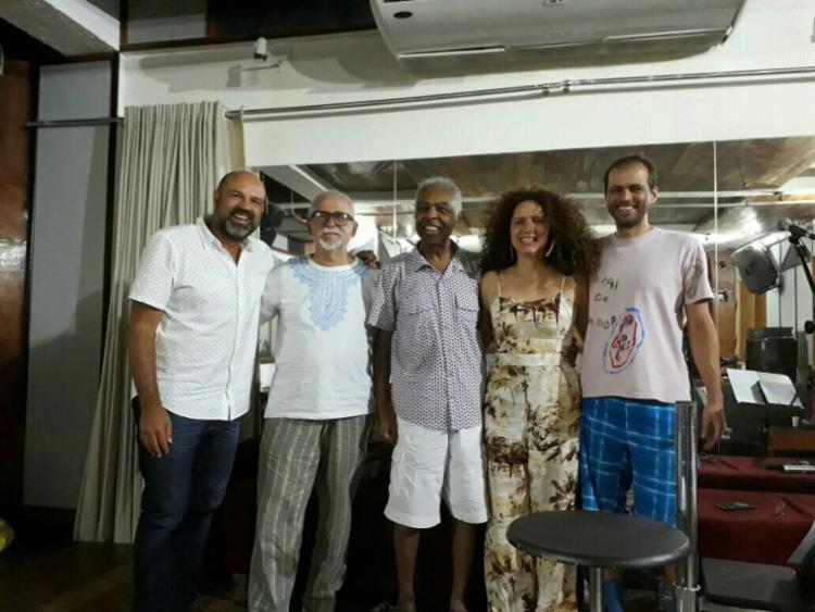 Claudia Cunha, Alexandre Leão e Moreno Veloso recebem Gil e Capinan - Foto: Divulgação