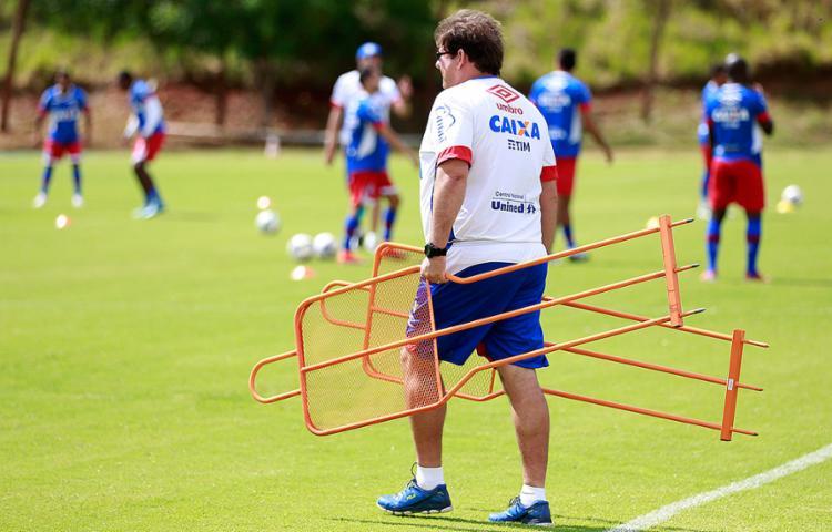 Guto prepara o terreno antes de treino no Fazendão - Foto: Felipe Oliveira l EC Bahia