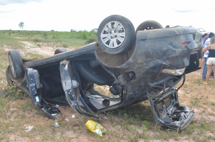 Mulher fica ferida após filho perder a direção e capotar carro na BR-242 e7205822d8e2a