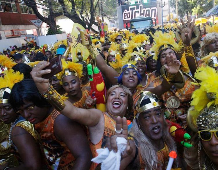 Folião aproveita a parada do bloco para fazer uma selfie - Foto: Lúcio Távora | Ag. A TARDE | 25.02.2017