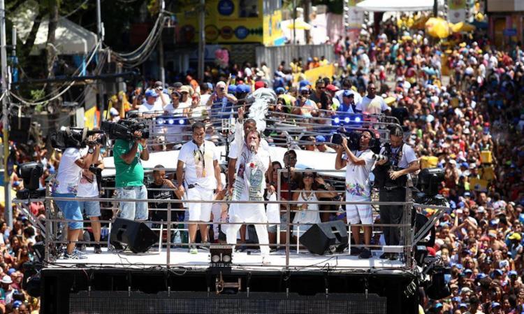 Saulo levou uma multidão no trio sem cordas no Campo Grande - Foto: Adilton Venegeroles | Ag. A TARDE