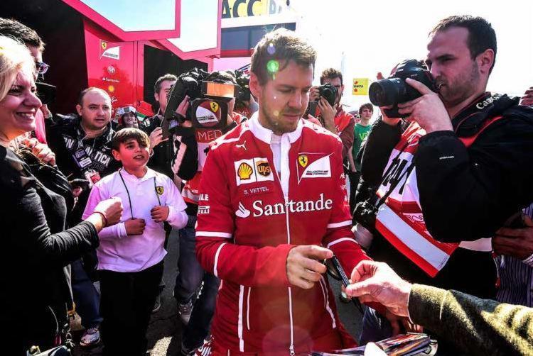 Vettel fez a melhor volta do teste em 1min22s791 com sua Ferrari - Foto: JOSE JORDAN / AFP