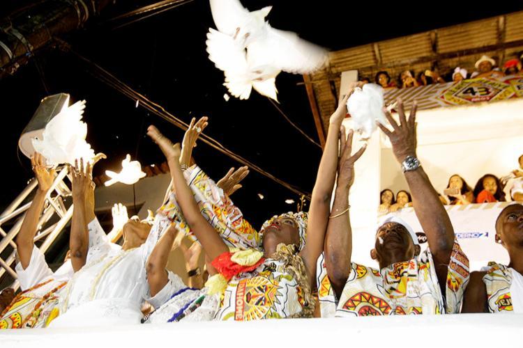 Antes da saída do Ilê, ainda na concentração, pombas brancas foram soltas para simbolizar a paz - Foto: Margarida Neide l Ag. A TARDE
