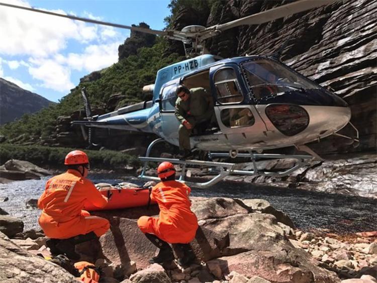 Bombeiros utilizaram helicóptero para fazer o resgate - Foto: Divulgação l Corpo de Bombeiros