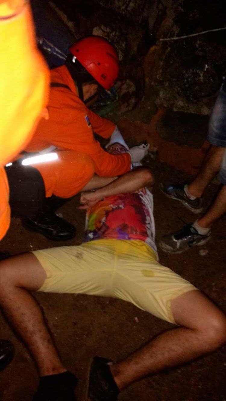 Bombeiros no momento em que prestavam atendimento à vítima - Foto: Divulgação | Corpo de Bombeiros