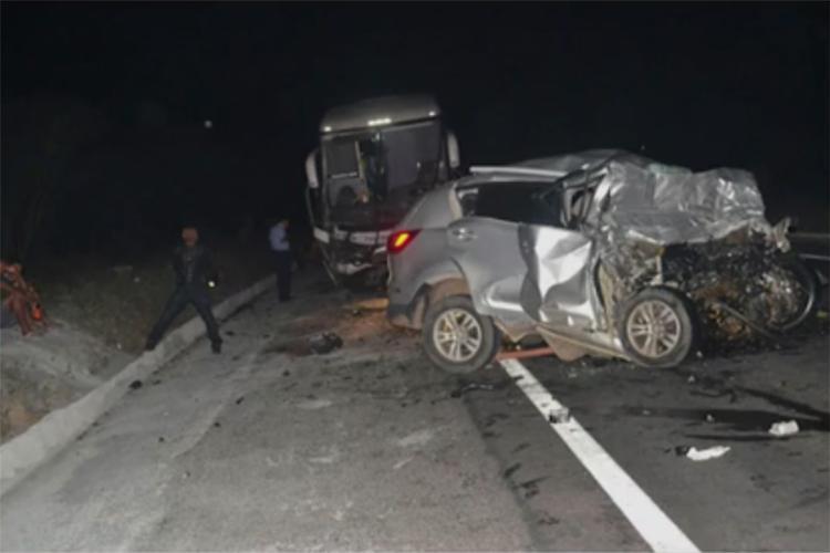O carro da vítima ficou destruído com o impacto - Foto: Reprodução l TV Bahia
