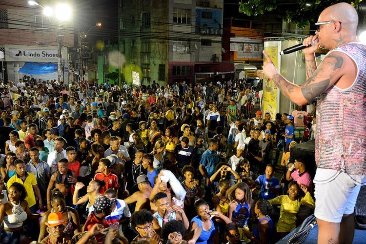 Ccantor Teus Santos durante apresentação na Liberdade - Foto: Ywkellvin Phabullo l Divulgação