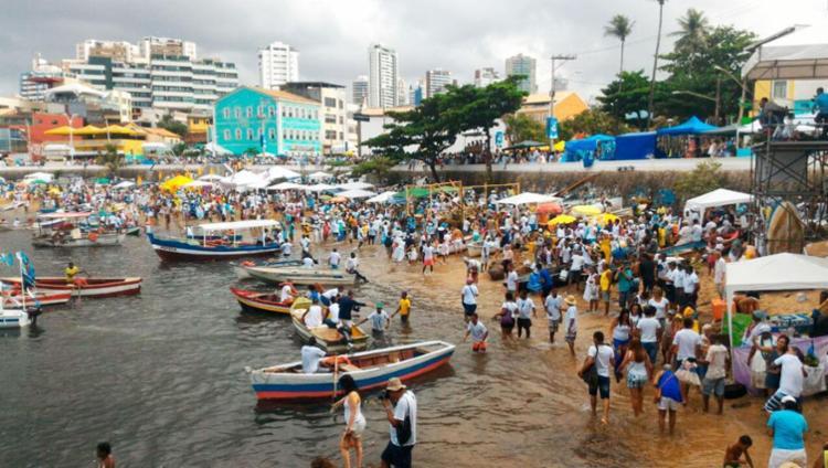 Baianos e turistas festejam dia de Iemanjá no Rio Vermelho - Foto: Raul Spinassé | Ag. A TARDE