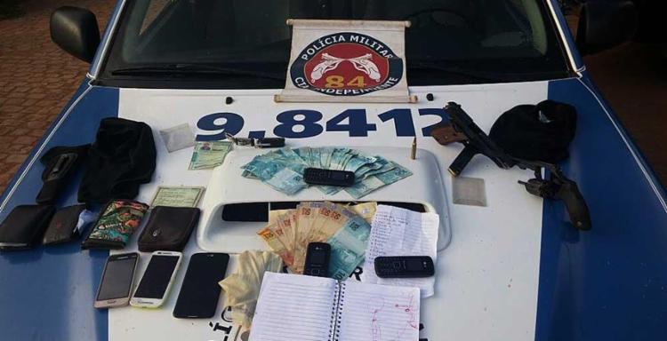 Armas e dinheiro encontrados com a dupla foram apreendidos - Foto: DCS   Polícia Militar
