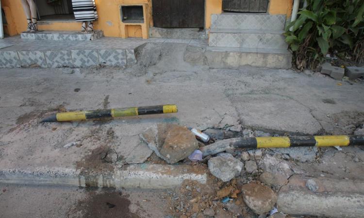 Ao fugir da polícia, veículo atropelou pedestres e derrubou pedras e ferros da calçada - Foto: Lúcio Távora | Ag. A TARDE