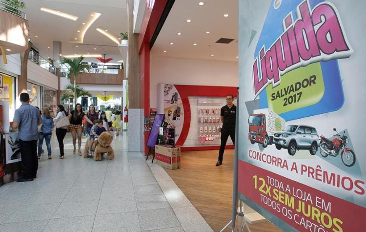 No primeiro dia da promoção, o movimento de consumidores nos principais shopping centers da capital ainda era tímido - Foto: Mila Cordeiro l Ag. A TARDE