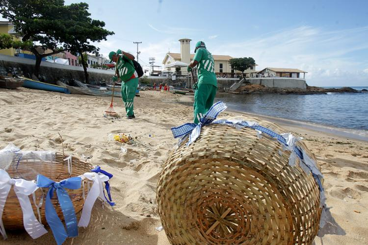 Agentes da Limpurb trabalharam na extensão da areia e do bairro após o festejo - Foto: Joá Souza l Ag. A TARDE