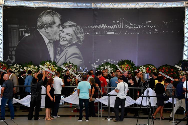 Velório reúne populares e políticos - Foto: Nelson Almeida | AFP