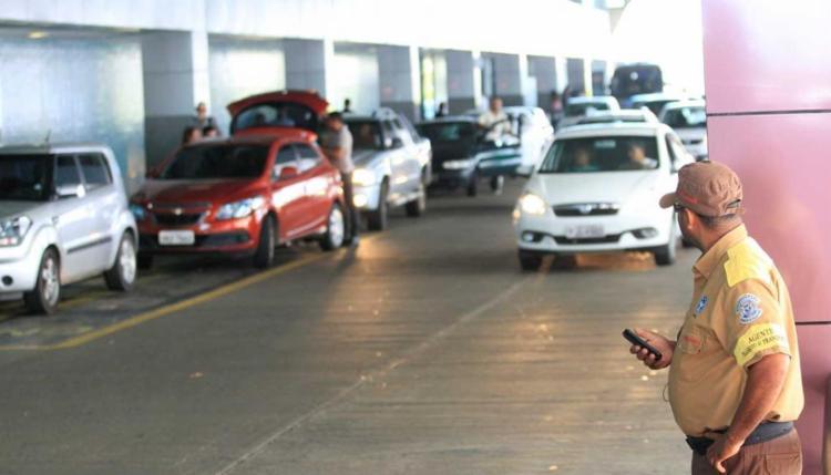 Movimento intenso de veículos e usuários dificulta o ordenamento no local - Foto: Luciano da Matta   Ag. A TARDE
