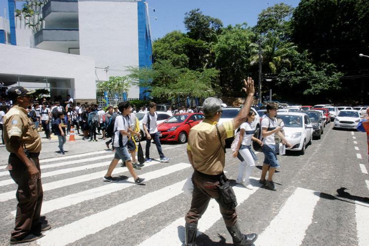 Agentes de trânsito fazem uma ação educativa em frente a colégio no Itaigara - Foto: Luciano da Matta l Ag. A TARDE