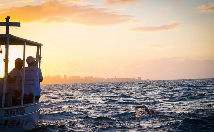 O documentário mostra a preparação de Verônica Almeida para os 12,5 km que separam a praia da Ilha de Itaparica do Porto da Barra - Foto: Graziella Batista l Divulgação