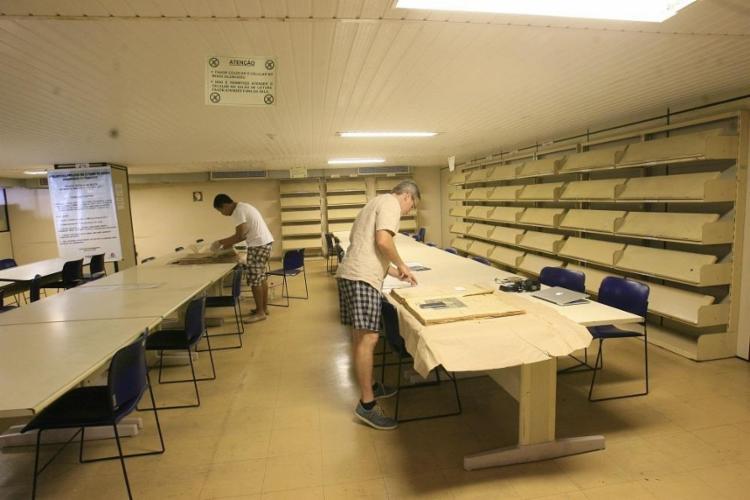 As prateleiras do setor de periódicos estão vazias, sem os exemplares dos jornais diáriso - Foto: Mila Cordeiro | Ag. A TARDE