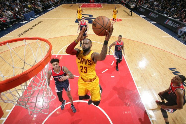 LeBron ajudou o Cavaliers a conseguir mais uma vitória na NBA - Foto: Ned Dishman | NBAE | Getty Images | AFP