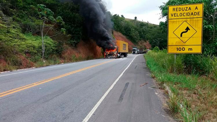 Motorista registra a cabine do caminhão em chamas - Foto: Cássio Silveira   Cidadão Repórter   Via WhatsApp