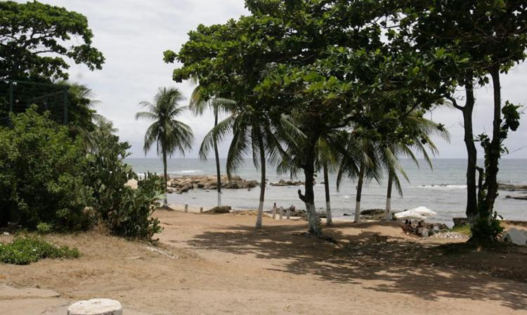 Local da praia onde o copro do jovem foi encontrado - Foto: Edilson Lima   Ag. A TARDE
