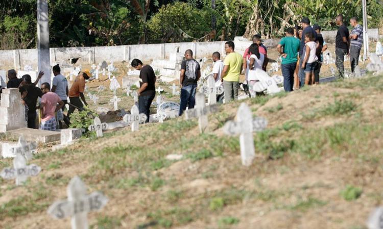 Corpo de Márcio Bandeira foi enterrado nesta terça em Periperi - Foto: Adilton Venegeroles | Ag. A TARDE