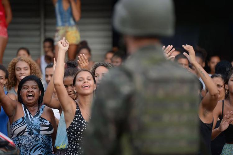 Clima de tensão durante protesto de moradores em frente ao Comando-Geral da PM em Maruípe - Foto: Tânia Rêgo l Agência Brasil
