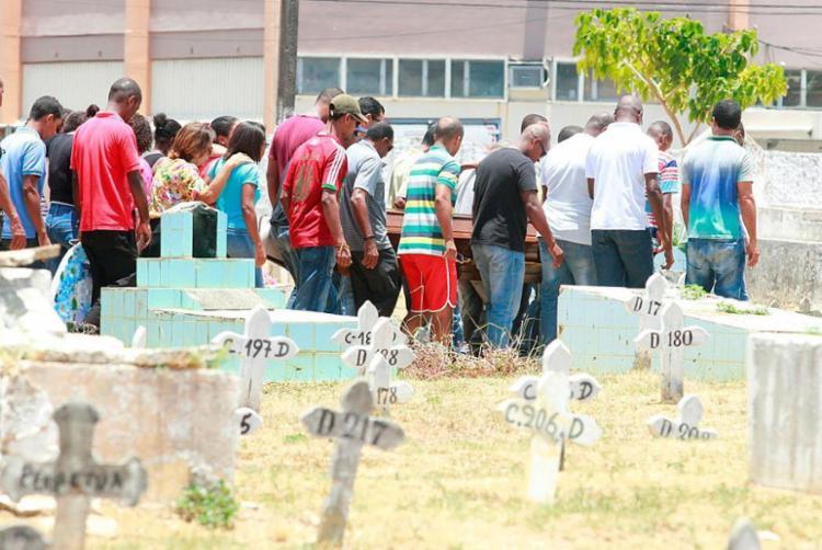 Enterro aconteceu no Cemitério Municipal de Brotas - Foto: Edilson Lima   Ag. A TARDE