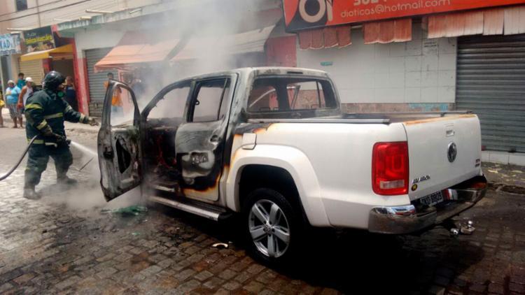 Veículo ficou parcialmente destruído - Foto: Divulgação | Corpo de Bombeiros
