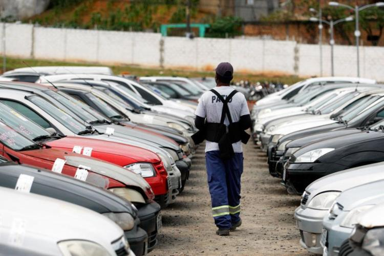 Ao todo, são 1.600 lotes de automóveis e sucatas - Foto: Raul Spinassé | Ag. A TARDE