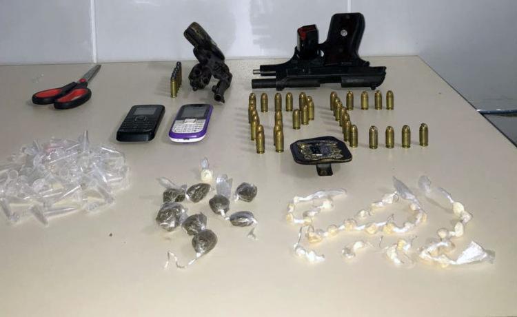 Armas, munição e uma quantidade de drogas foram foram encontradas com os suspeitos - Foto: Divulgação | Polícia Civil