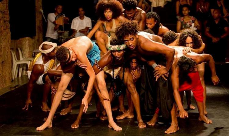 O experimento cênico leva ao palco 17 jovens atores que mostram discursos de vários poetas - Foto: Diney Araújo   Divulgação