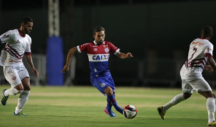 Argentino (C) fez um gol e deu duas assistências contra o Bahia de Feira - Foto: Lúcio Távora l Ag. A TARDE