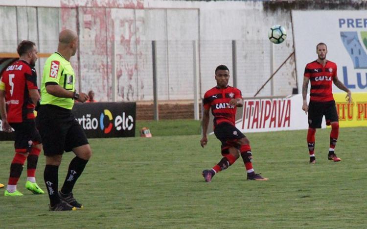 Lateral-direito Cedric (C) foi elogiado na sua estreia no time profissional - Foto: Moysés Suzart l EC Vitória