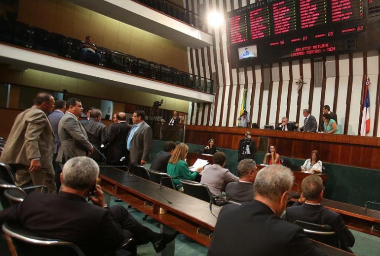 Deputados batem boca em plenário e Coronel derruba sessão na AL-BA