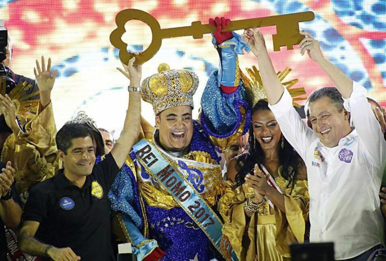 Rei Momo recebe as chaves da cidade e dá início ao Carnaval de Salvador