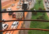 Lama escorre de obra do metrô e Paralela fica alagada | Foto:
