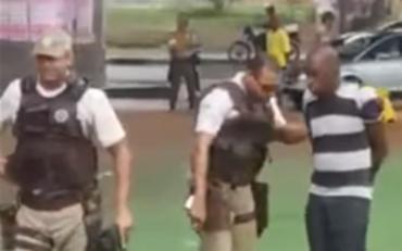 Homem foi detido após ser acusado de ejacular no braço de uma mulher dentro de um ônibus - Foto: Reprodução l YouTube