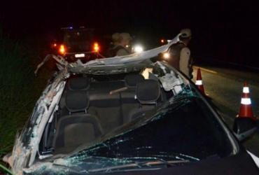 Carro tem teto arrancado e duas pessoas ficam feridas em acidente