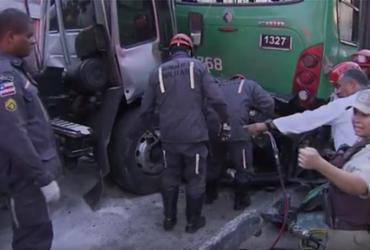 Caminhão desgovernado prensa carro contra ônibus e deixa um morto