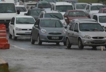 Chuva deixa vias alagadas e atrapalha trânsito em Salvador
