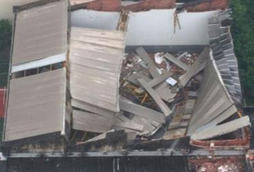 Muro e telhado de colégio desabam no Corredor da Vitória