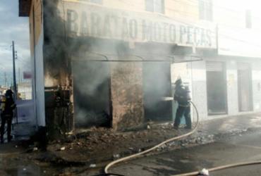 Incêndio atinge loja de peças de motos em Feira de Santana