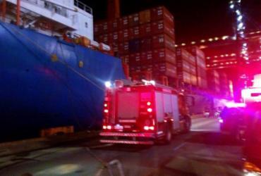 Incêndio atinge navio de carga no Porto de Salvador