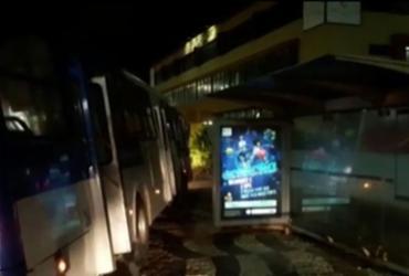 Motorista perde controle de ônibus e invade calçada em Armação