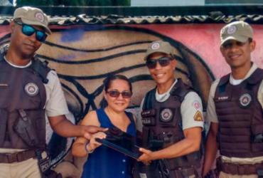 PMs devolvem notebook esquecido em ponto de ônibus em Salvador