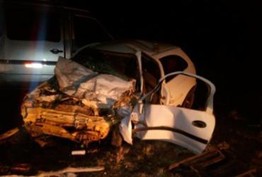 Homem morre em colisão de carro e van na BR-116